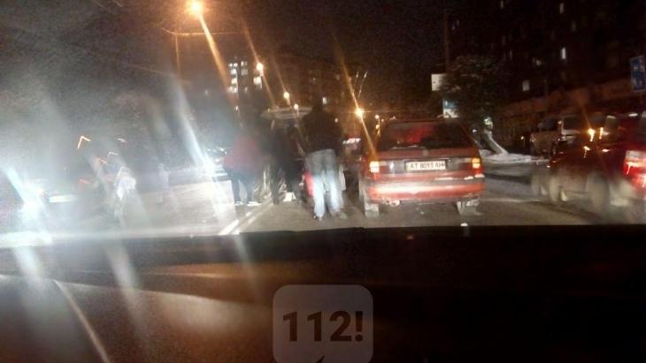 Чоловік, який сьогодні ввечері, на вулиці Бандери, потрапив під колеса відразу двох автівок, помер на місці від отриманих травм (фотофакт)