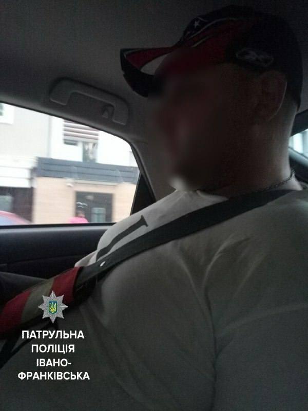 У Франківську вихідець з Донецька погрожував виколоти очі малолітньому хлопцеві, а потім вдарив ножем у груди його батька