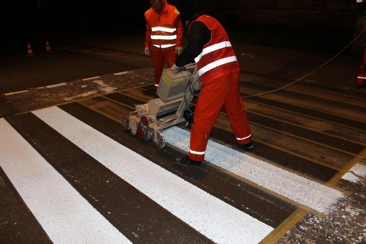 Комунальники Івано-Франківська використовують інновації для розмітки - дорогу покривають пластиком