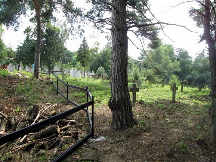 """Військове кладовище почали відновлювати працівники заповідника """"Давній Галич"""""""