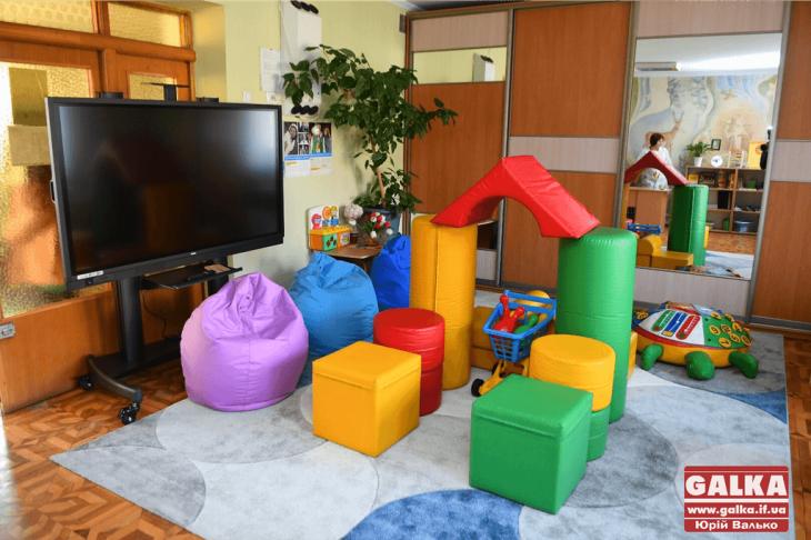 Розвантажитися після процедур: як працює навчальна кімната в обласній дитячій лікарні (фоторепортаж)