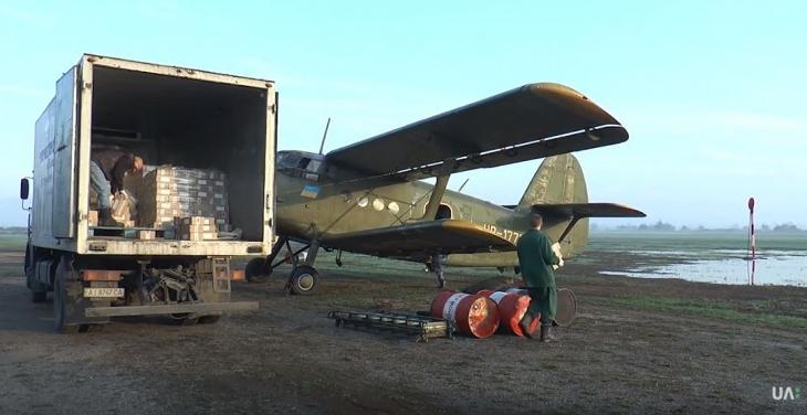 На Прикарпатті з літаків розкидають вакцину проти сказу (відеосюжет)