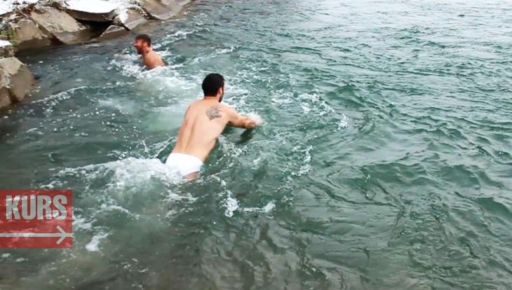 «Гарячі» чоловіки у крижаній воді: як моржують в Івано-Франківську
