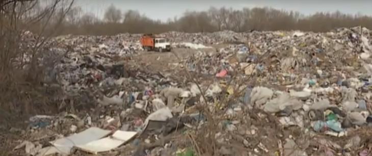 Сміттєві гори: нелегальне звалище на березі Дністра отруює воду. ВІДЕО 2