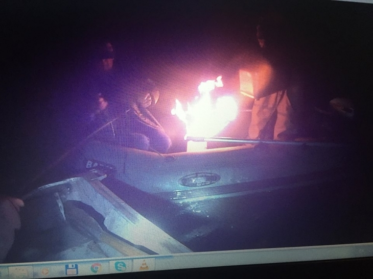 На Бурштинському морі браконьєри, щоб не здатися активістам, підпалили свій човен. ФОТО 2