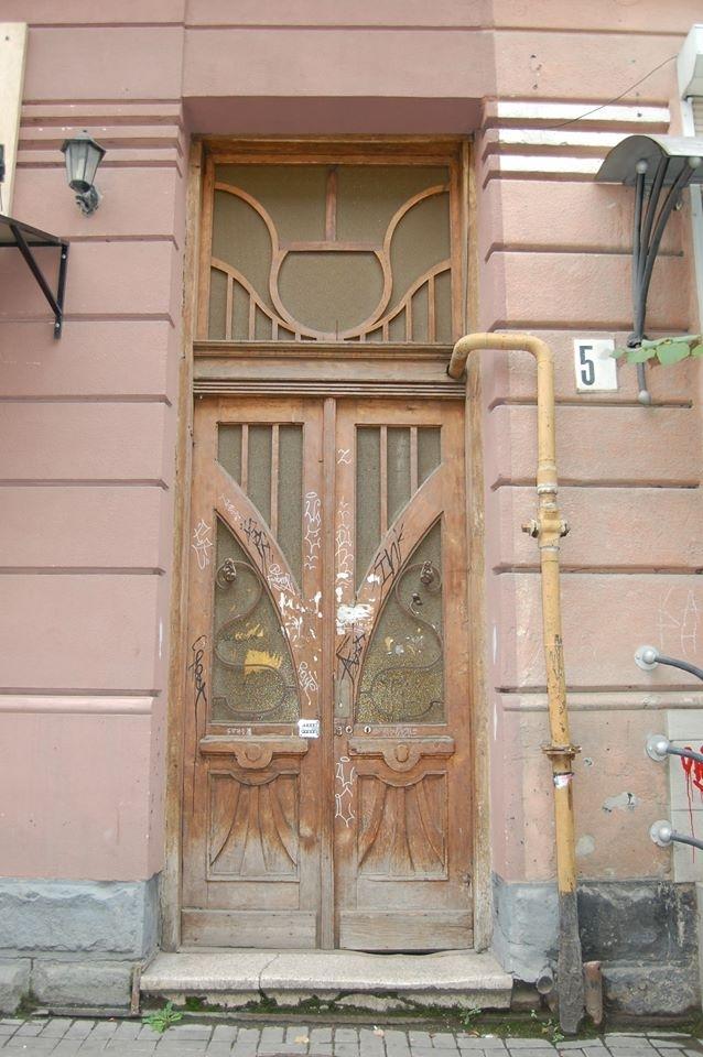 Особливий випадок: у 110-літній франківській камениці відновили автентичні двері. ФОТО 1