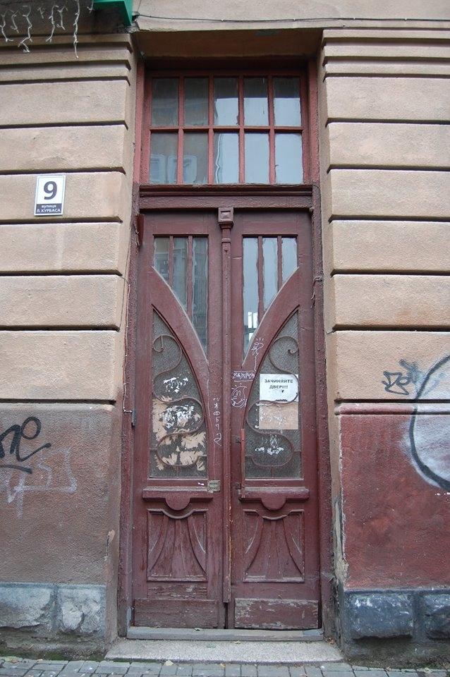 Особливий випадок: у 110-літній франківській камениці відновили автентичні двері. ФОТО 3