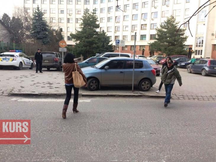 """У Франківську з-під """"білого дому"""" евакуювали автомобіль. ФОТОФАКТ 1"""