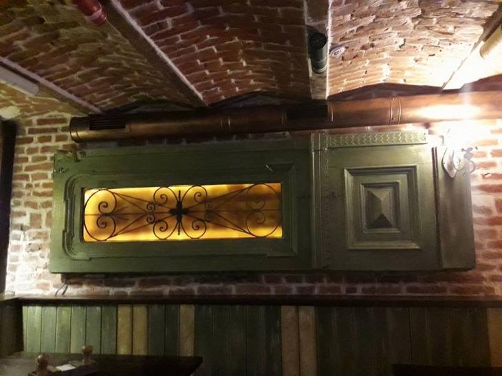 Франківські активісти відремонтують старовинні двері будинку Ради профспілок області. ФОТО 2