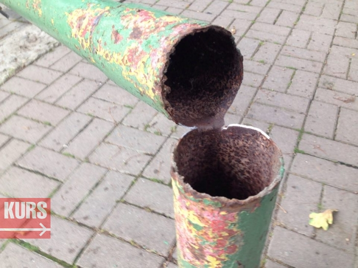 У центрі Івано-Франківська впав дорожній знак. ФОТОФАКТ 2
