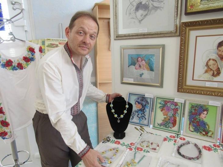 Франківець понад 15 років вишиває картини бісером та виготовляє прикраси (фотофакт)