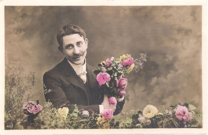 Чоловік з квітами. Поштівка, поч. ХХ ст.