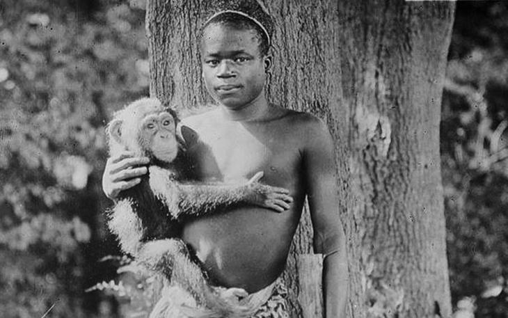 Темношкірий чоловік з мавпочкою. Фото поч. ХХ ст.