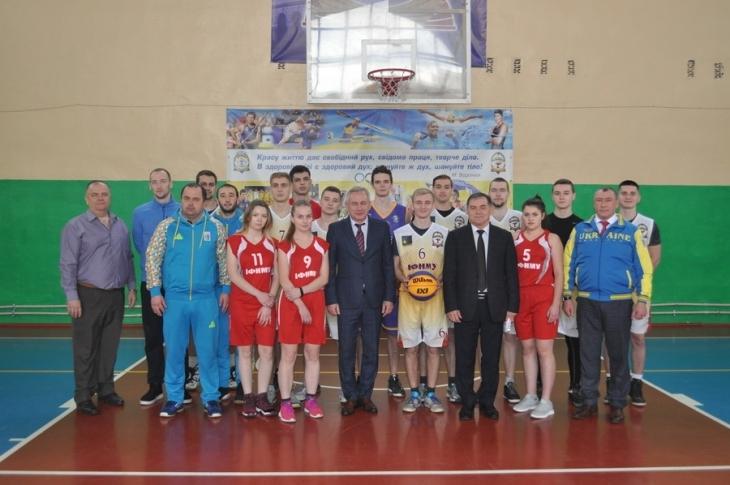 У Франківську презентували баскетбольну команду медуніверситету (фоторепортаж)