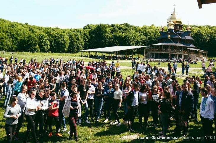 Понад тисячу випускників шкіл зібралися на прощу у Погоні (фоторепортаж)