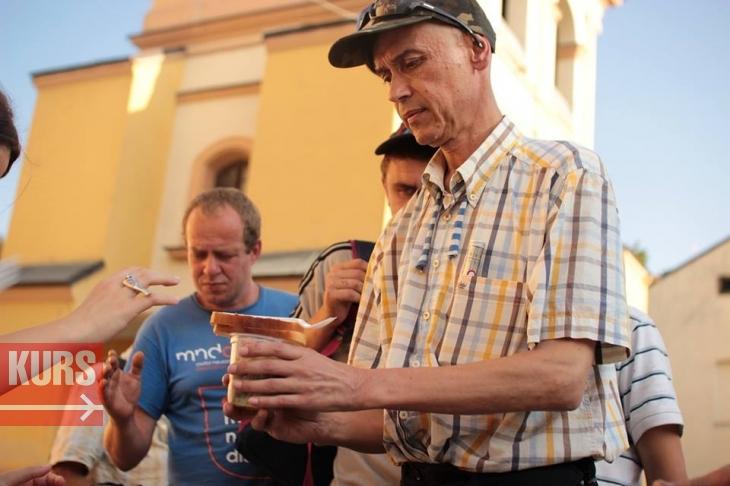 У Франківську волонтери нагодували безхатьків, які не хочуть працювати. ФОТО 2