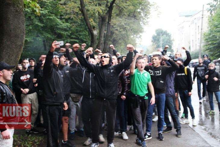 Якльвівські горе-фанати намагалися зірвати футбольний матч в Івано-Франківську (відео)