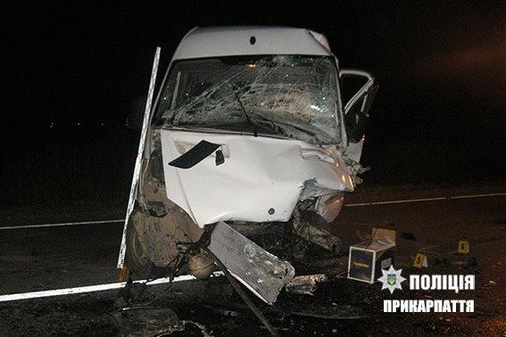 В Івано-Франківській області, через сильну ожеледицю, мікроавтобус злетів з дороги та перекинувся