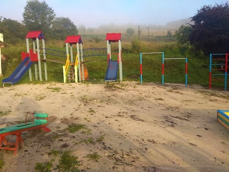 На Рогатинщині встановили сучасний дитячий майданчик