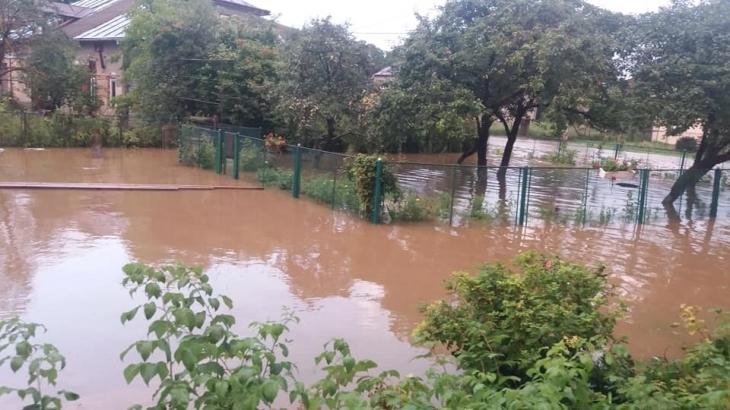 Через сильні дощі на Прикарпатті річки виходять з берегів: у Болехові затопило дороги та подвір'я. ФОТО, ВІДЕО 1