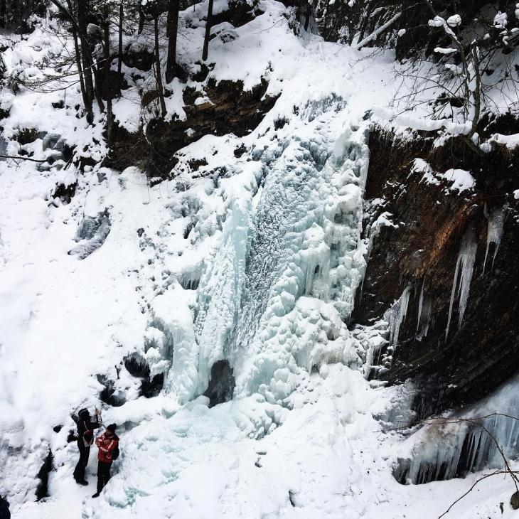 Крижана краса: на Прикарпатті замерзли водоспади. ФОТО 2
