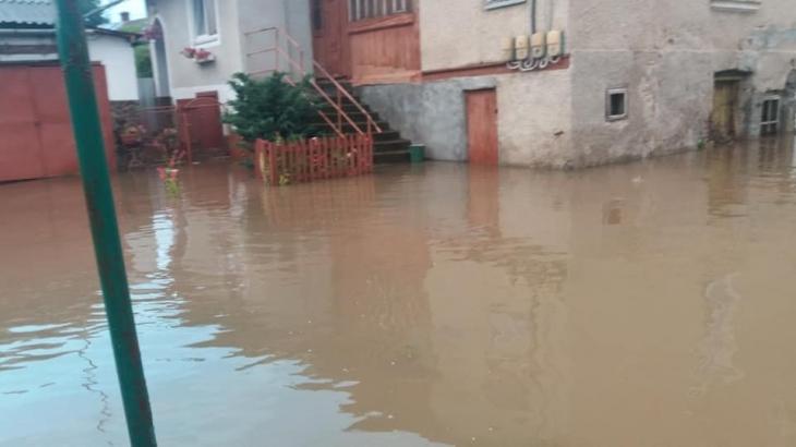Через сильні дощі на Прикарпатті річки виходять з берегів: у Болехові затопило дороги та подвір'я. ФОТО, ВІДЕО 2
