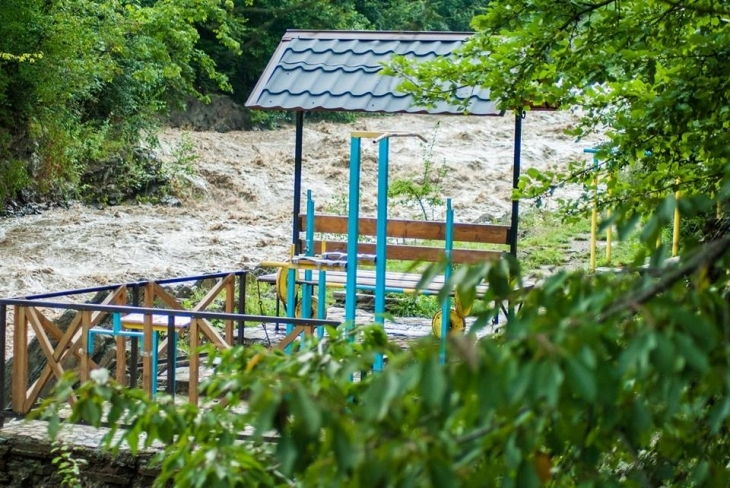 Через сильні дощі на Прикарпатті річки виходять з берегів: у Болехові затопило дороги та подвір'я. ФОТО, ВІДЕО 5