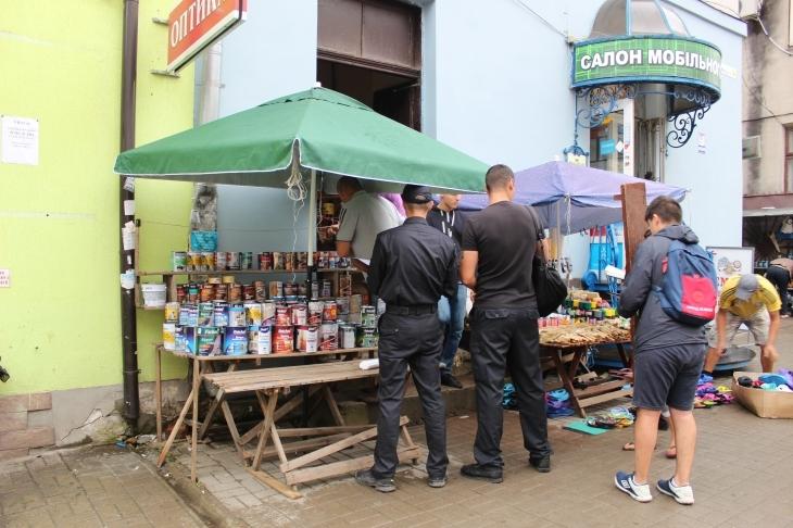 У Івано-Франківську працівники муніципальної інспекції вперше вилучили товар у вуличних торговців (фотофакт)