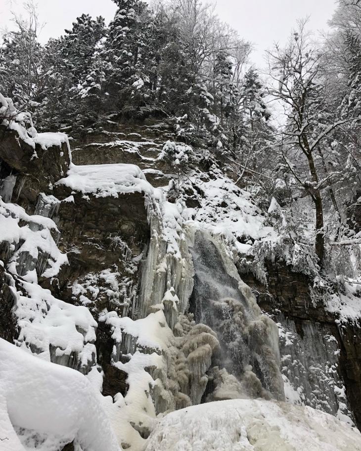 Крижана краса: на Прикарпатті замерзли водоспади. ФОТО 10