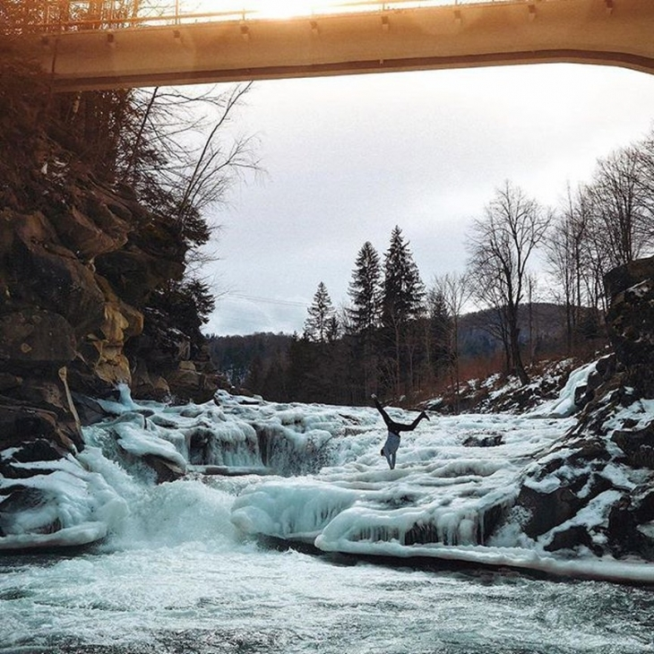 Крижана краса: на Прикарпатті замерзли водоспади. ФОТО 8