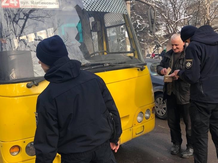 """У Франківську поліція оштрафувала водія маршрутки, який не пропустив """"швидку"""" (фото)"""