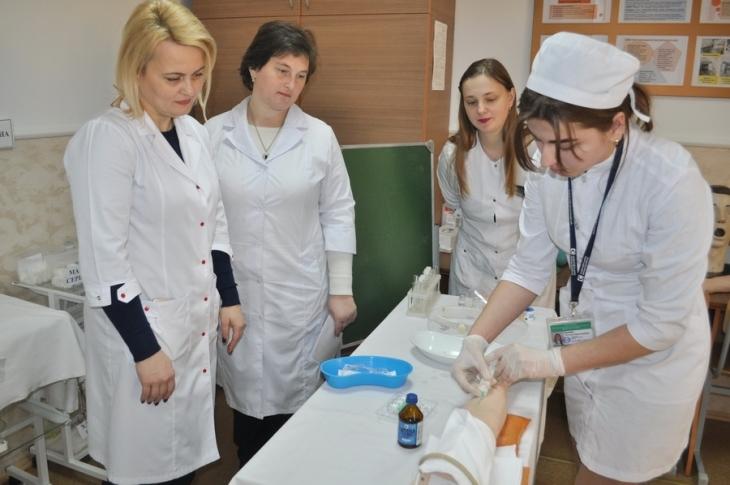 """У франківському медичному коледжі визначили """"найкращу медичну сестру"""" (фоторепортаж)"""