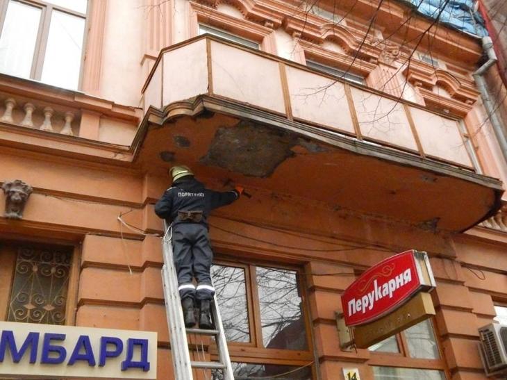 В центрі Івано-Франківська штукатурка продовжує падати на голови випадковим перехожим