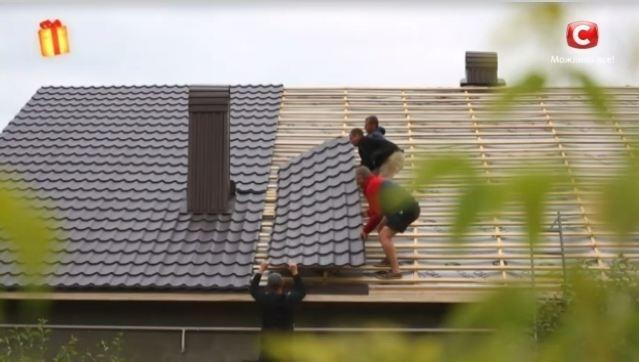 Прикарпатцю, який 28 років будував лелечі гнізда, відремонтували дах будинку. ВІДЕО 4