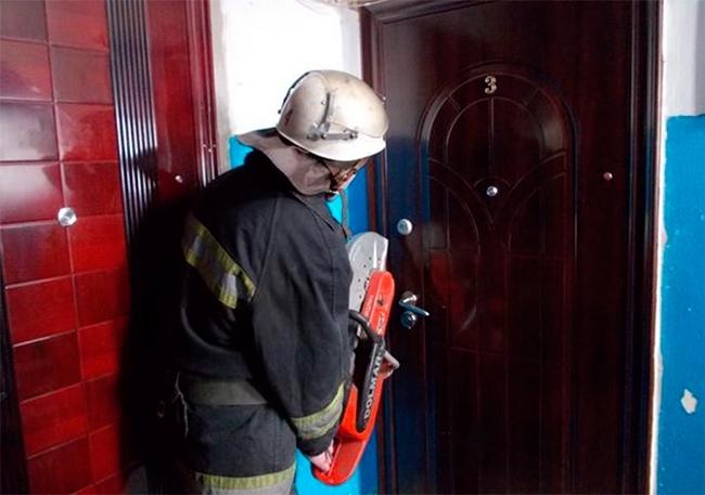 Прикарпатські рятувальники допомогли відкрити двері квартири, в якій був хворий чоловік