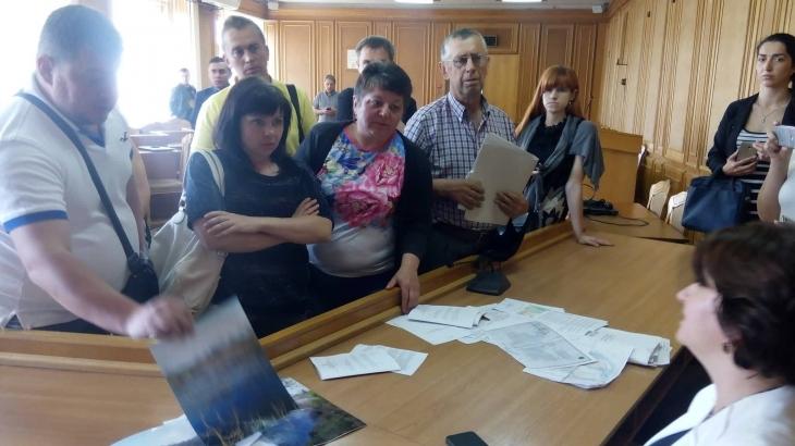 """Мешканці """"Каскаду"""" влаштували скандал своєму депутатові Оксані Савчук, через знищення озера в мікрорайоні (фото)"""