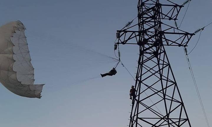 За крок до трагедії. На Прикарпатті, під час стрибка, парашутист зачепився за високовольтну лінію (фото+відео)