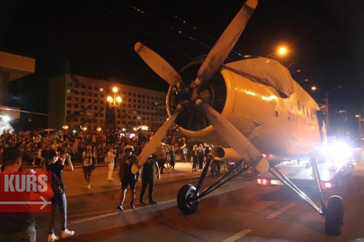 Під шквал оркестру Familia Perkalaba франківці серед ночі зустріли головного хедлайнера Porto Franko – літак АН-2. ФОТО. ВІДЕО 1