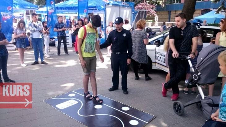 У Франківську поліцейські пояснили дітям, для чого бронежилет і кийок. ФОТО 1