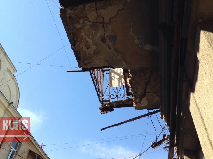 """Результат пошуку зображень за запитом """"Мешканці аварійного будинку, де обвалився балкон, вимагають переселення"""""""