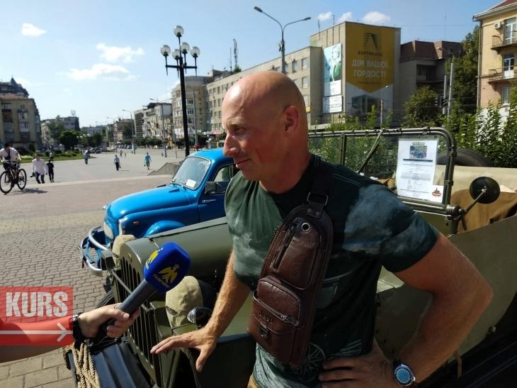 ЗАЗ-мегафест: до франківського драмтеатру з'їхалися ретроавтомобілі. ФОТО 2