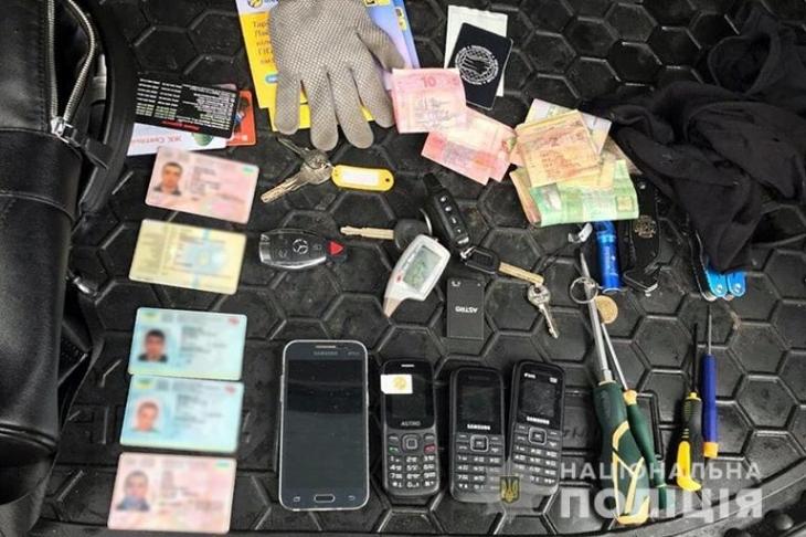 Прикарпатські поліцейські затримали харків'ян, які обкрадали автомобілі (фотофакт)