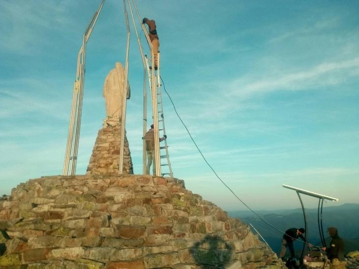 На горі Хом'як туристи зможуть заряджати ґаджети – на вершині встановили сонячні панелі (фотофакт)