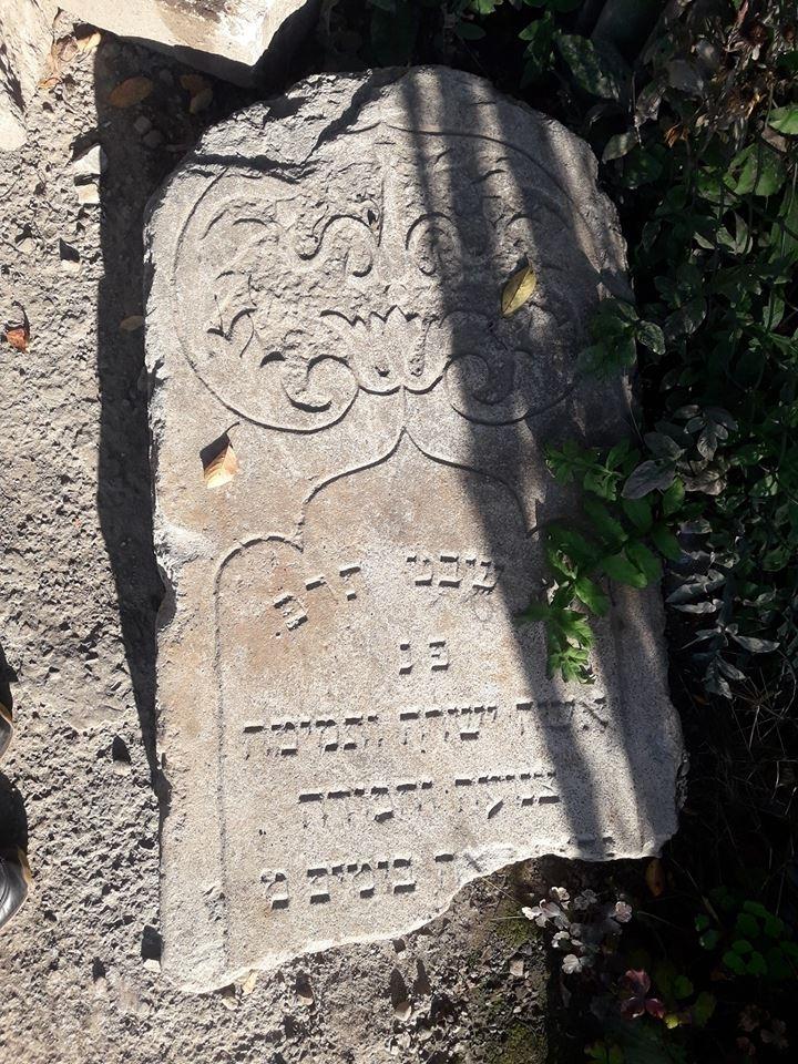 Під час ремонту вулиці у Франківську знайшли надгробки з єврейського кладовища. ФОТО 1