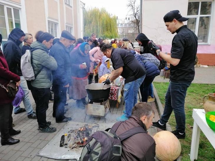 З гарбузовим бограчем для безпритульних собак у Франківську зібрали 8 тисяч гривень (фотофакт)