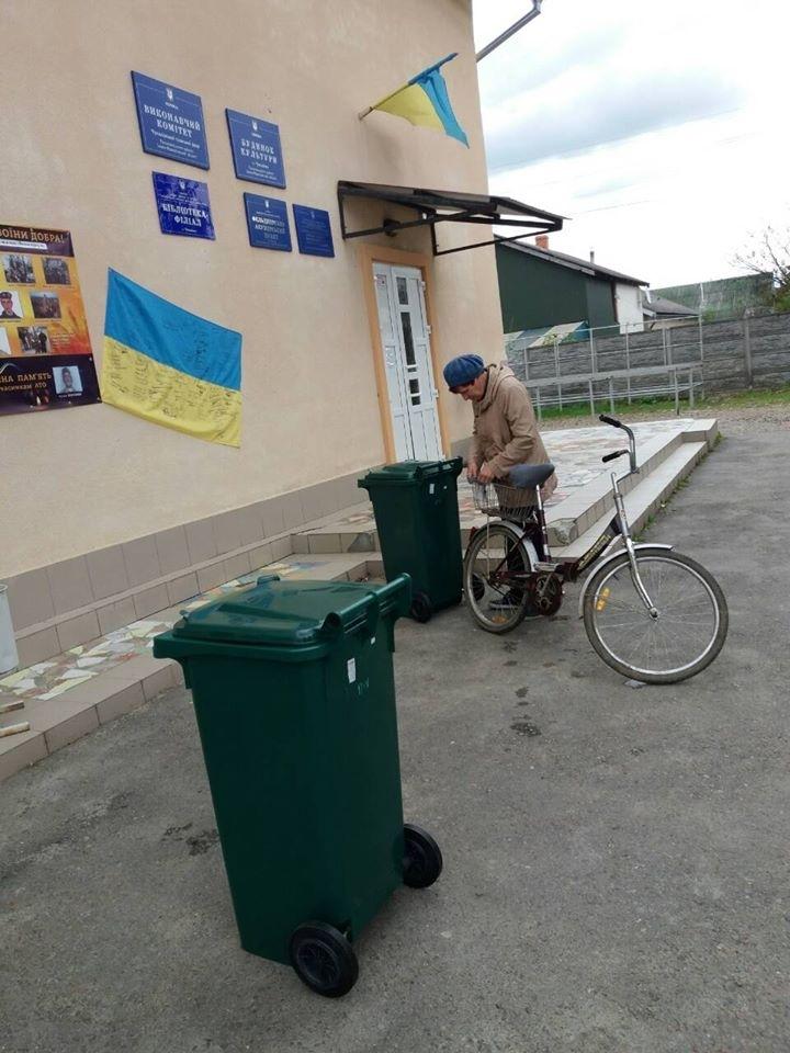 У Франківську перевізник сміття безкоштовно роздає контейнери власникам приватних будинків