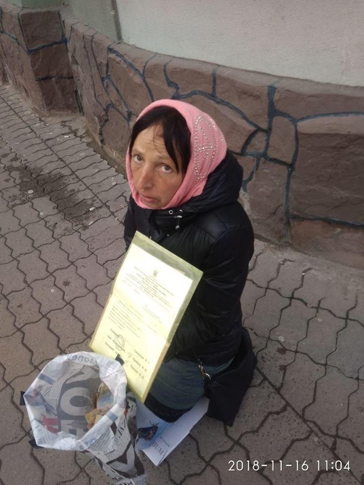 В центрі Івано-Франківська жебраки-шахраї виманюють гроші у довірливих перехожих (фото+відео)