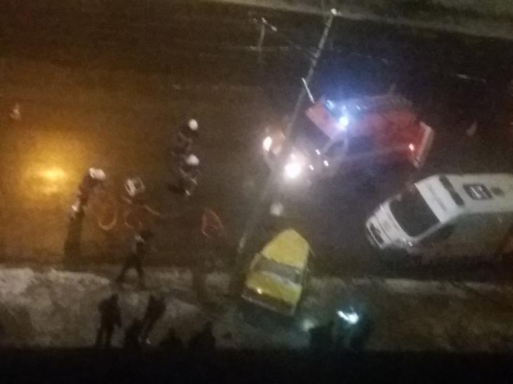 П'яного франківця, який вночі врізався в стовп, рятувальники вирізали з машини. ФОТО 2