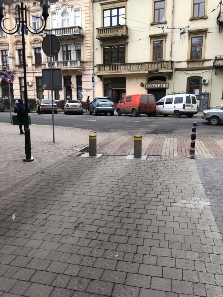 На вулиці Шевченка у Франківську вирвали лавки, щоб дати дорогу машинам. ФОТО 2