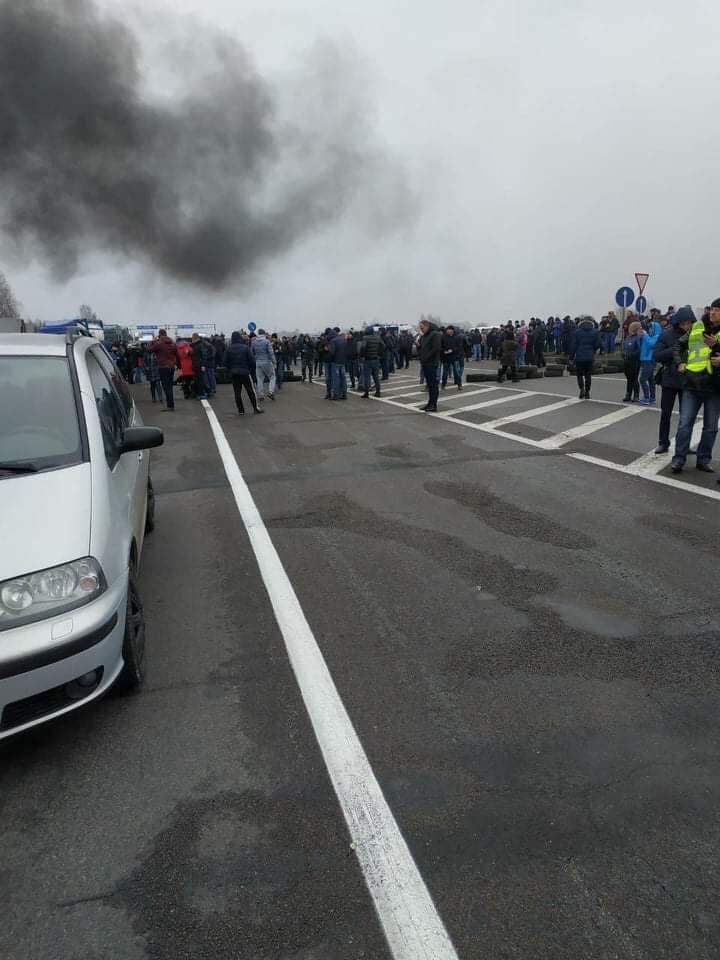 """Застава або розвертайся: """"євробляхарі"""" заблокували митні переходи на західному кордоні, палять шини. ФОТО, ВІДЕО 4"""